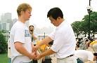 李洪志老师亲临1999年芝加哥法会,期间并为学员纠正炼功动作