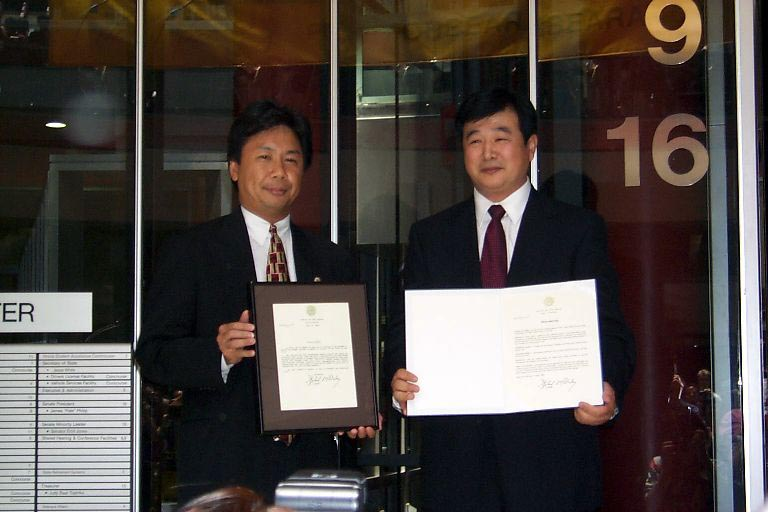 Master Li receives awards in Chicago