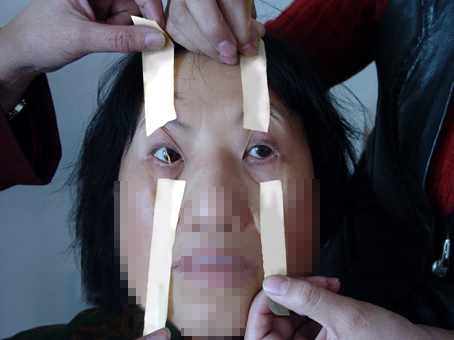 http://photo.minghui.org/photo/images/u_persecution/torture_means/images/2004-12-23-lixiuzhen24.jpg